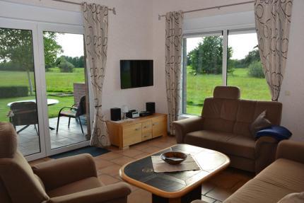 Wohnzimmer mit wunderschönem Blick auf die Wiesen