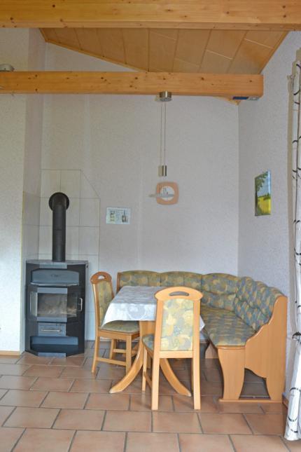 gemütliche Essecke mit Kamin im Wohnzimmer