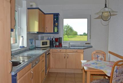 Küche mit unverbautem Wiesenblick