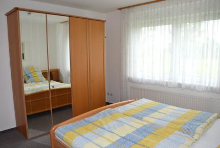 Schlafzimmer im Erdgeschoss mit viel Stauraum