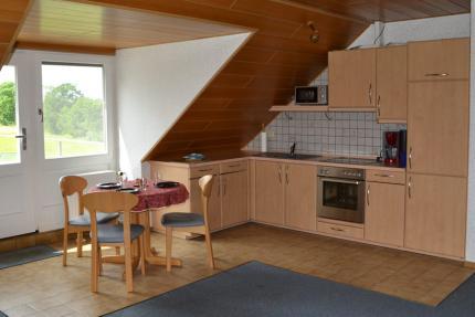 Essbereich mit großer Küchenzeile