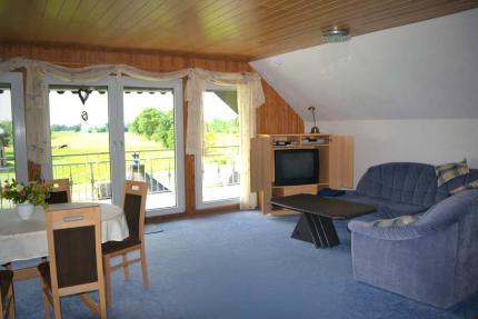gemeinschaftlich genutztes Wohnzimmer mit Zugang zur Südloggia