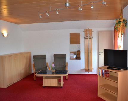 kleine gemütliche Sitzeckeund Fernseher in Zimmer Nr. 3